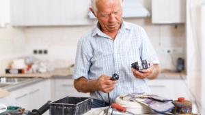 Quem recebe auxílio-doença ou aposentadoria por invalidez pode continuar trabalhando?